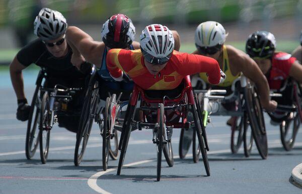 Паралимпийские игры 2016. В центре: Лиша Хуанг (КНР) на дистанции заезда на 800 метров в классе T52/53