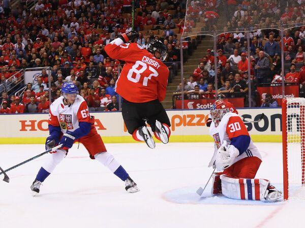 Нападающий сборной Канады Сидни Кросби (в центре)