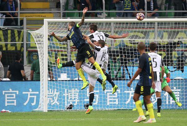 Игровой момент мачта четвертого тура чемпионата Италии Интер - Ювентус