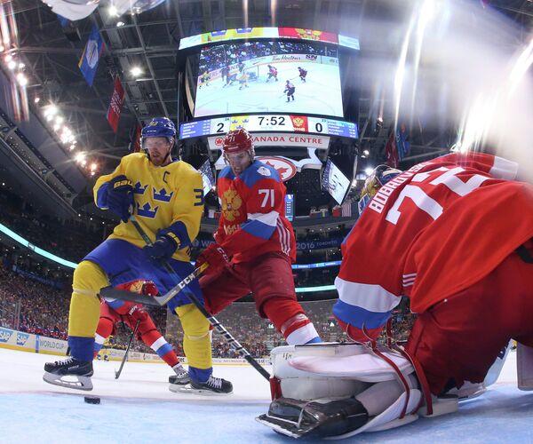 Нападающие сборной Швеции Хенрик Седин, сборной России Евгений Малкин и вратарь сборной России Сергей Бобровский (слева направо)