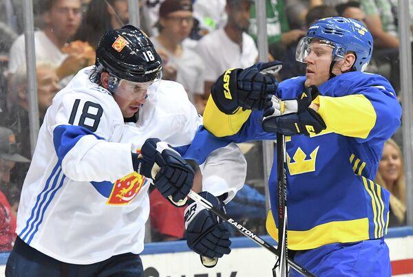 Защитник сборной Финляндии Сами Лепистё и форвард сборной Швеции Патрик Хёрнквист (справа)