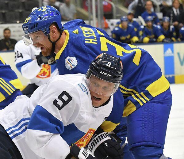 Игрок сборной Финляндии Микко Койву и игрок сборной Швеции Хенрик Седин (справа)
