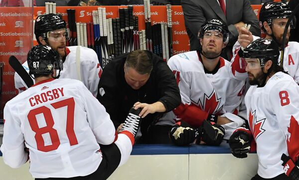 Форвард сборной Канады Сидни Кросби (слева)