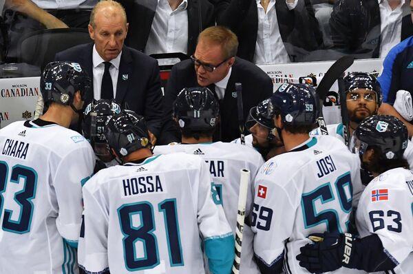 Главный тренер сборной Европы Ральф Крюгер (слева на втором плане)