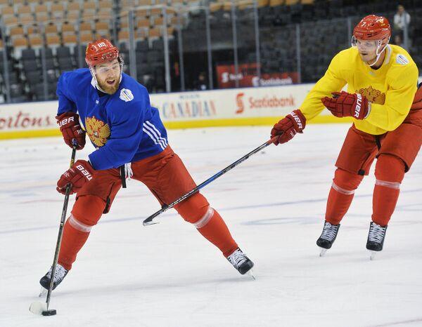 Хоккеисты сборной России Никита Нестеров (слева) и Дмитрий Куликов на тренировке