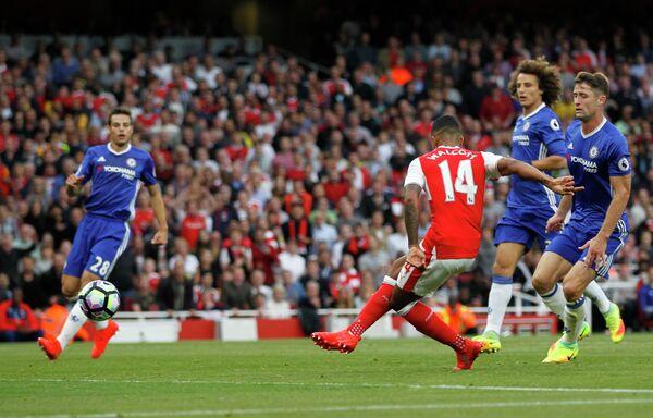 Нападающий Арсенала Тео Уолкотт забивает мяч в ворота Челси