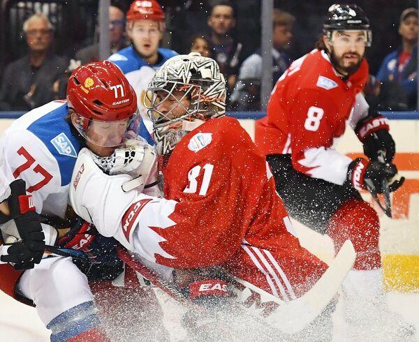 Нападающий сборной России Иван Телегин (слева) и вратарь сборной Канады Кэри Прайс