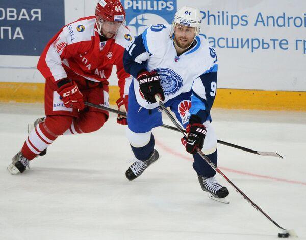 Никита Комаров (справа)