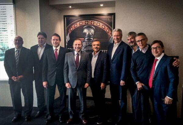 Александр Кожевников (второй слева), Павел Буре (третий слева), Билл Дэйли (четвертый слева), Рене Фазель (пятый справа), Александр Якушев (четвертый справа), Игорь Ларионов (второй справа), Дмитрий Тугарин (справа)