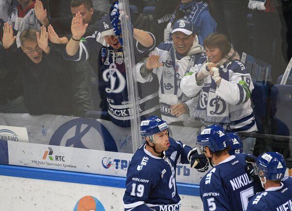 Хоккеисты Динамо Денис Кокарев, Илья Никулин и Юусо Хиетанен (слева направо) радуются заброшенной шайбе
