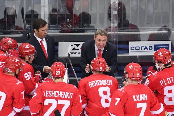 Тренеры Спартака Вячеслав Козлов и Герман Титов (слева направо на втором плане)