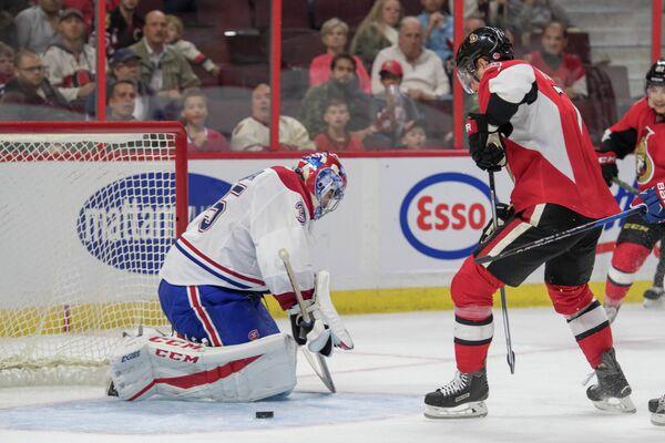 Вратарь клуба НХЛ Монреаль Канадинес Эл Монтойя и форвард Оттава Сенаторз Кайл Террис (слева направо)