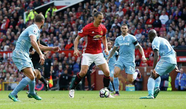 Нападающий Манчестер Юнайтед Златан Ибрагимович в матче против Сток Сити