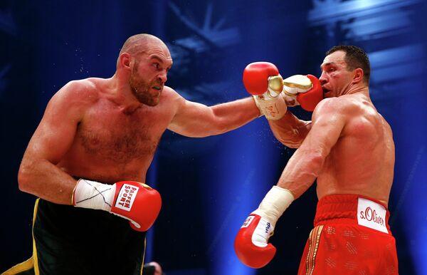 Момент боя между Тайсоном Фьюри (слева) и Владимиром Кличко