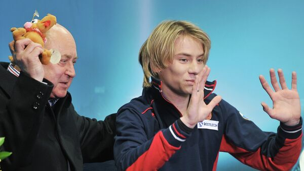 Российский фигурист Артур Гачинский и его тренер Алексей Мишин (слева)