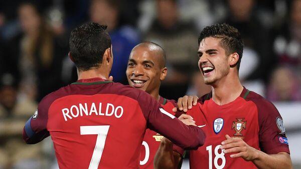 Нападающий сборной Португалии по футболу Криштиану Роналду и полузащитники Жоао Марио и Андре Силва (слева направо)