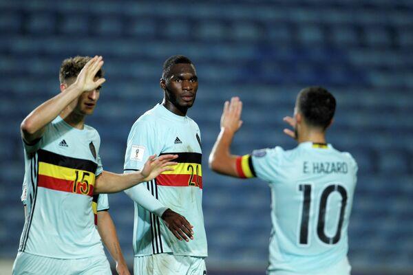 Нападающий сборной Бельгии по футболу Кристиан Бентеке (по центру)