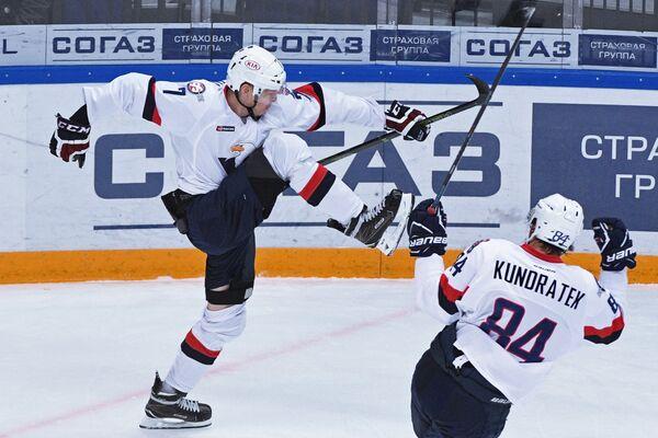 Игроки ХК Слован Марек Дялога (слева) и Томаш Кундратек