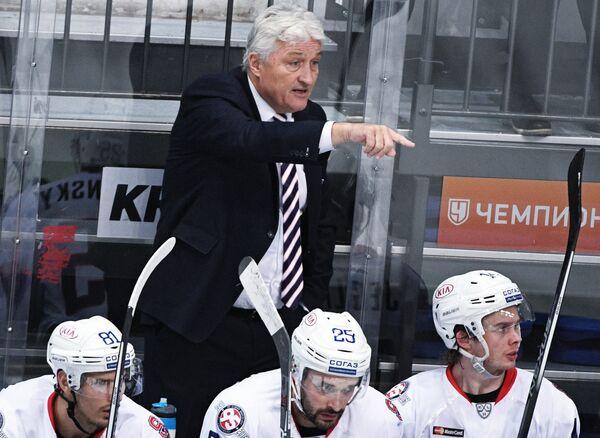 Главный тренер ХК Слован Милош Ржига (в центре) и хоккеисты клуба