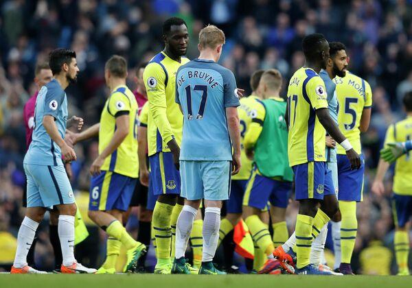 Футболисты Манчестер Сити и Эвертона после окончания матча