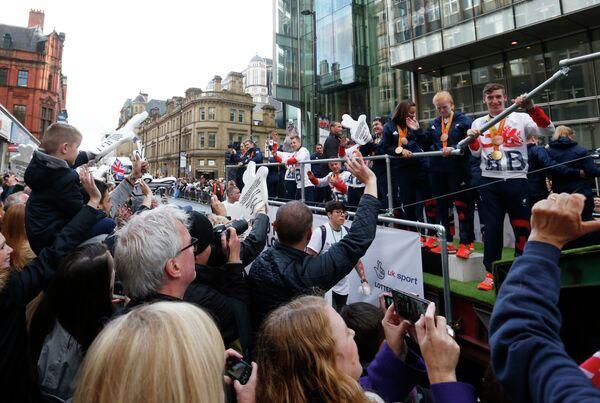 Парад британских спортсменов на улицах Манчестера