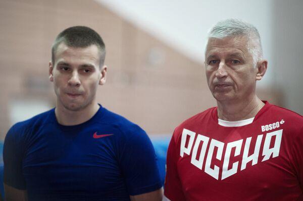 Главный тренер сборной России по прыжкам на батуте Николай Макаров (справа)