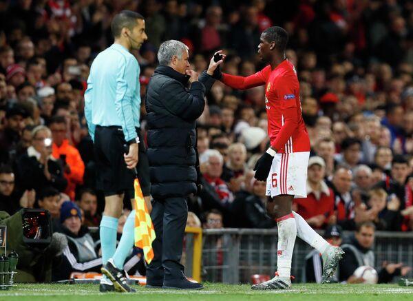 Главный тренер Манчестер Юнайтед Жозе Моуринью (второй справа) и хавбек манкунианцев Поль Погба (справа)