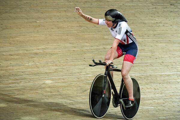 Британка Кэти Арчибальд после победы в индивидуальной гонке на чемпионате Европы по велоспорту на треке