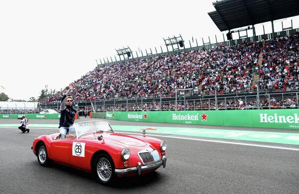 Пилот Торо Россо Даниил Квят во время парада пилотов перед стартом гонки Гран-при Мексики