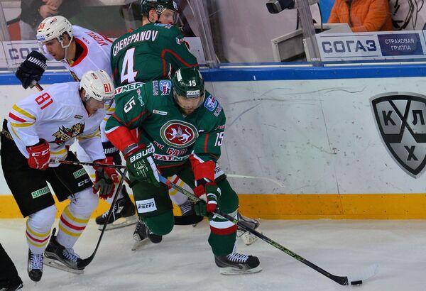 Хоккеисты Куньлуня Шон Коллинз, Линус Виделль и хоккеисты Ак Барса Никита Черепанов, Александр Свитов (слева направо)