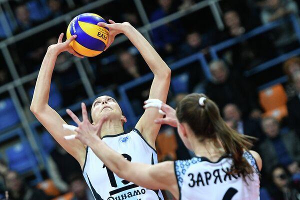 Игроки ЖВК Динамо-Казань Евгения Старцева (слева) и Ирина Заряжко