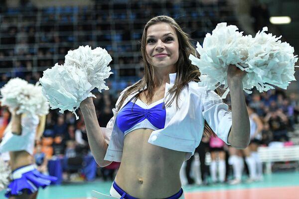 Девушка из группы поддержки выступает в перерыве матча женской волейбольной Суперлиги Динамо (Москва) - Динамо-Казань