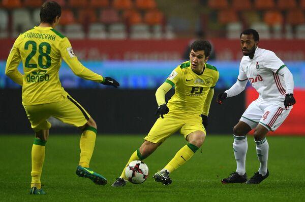 Футболисты Анжи Филипп Будковский и Шамиль Гасанов и полузащитник Локомотива Мануэл Фернандеш (слева направо)
