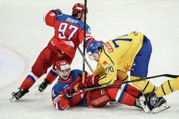 Нападающие сборной России Никита Гусев, Александр Барабанов и сборной Швеции Марио Кемпе (слева направо)