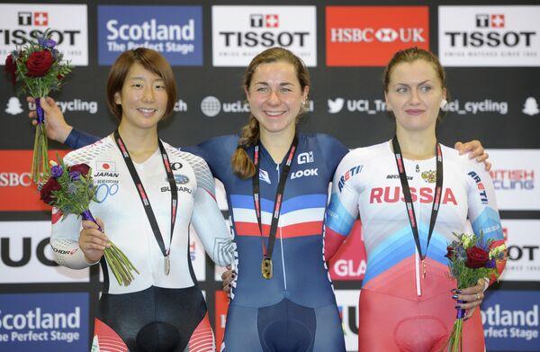 Японская велогонщица Минами Увано, француженка Элиз Дельзен и россиянка Евгения Романюта (слева направо)