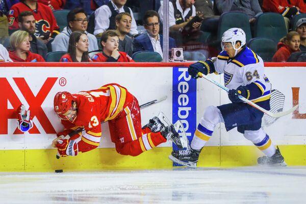 Российский нападающий клуба НХЛ Сент-Луис Блюз Наиль Якупов (справа)