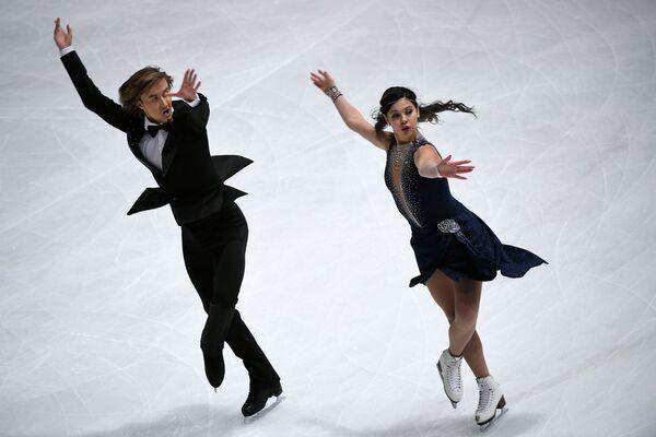 Российские фигуристы Елена Ильиных и Руслан Жиганшин выступают с короткой программе на этапе Гран-при в Париже