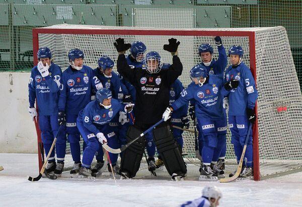Игроки хоккейного клуба с мячом Динамо (Москва)