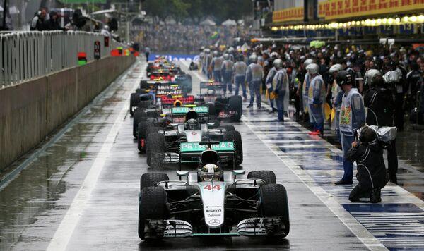 Гонщики на питстопе во время этапа Гран-при Бразилии