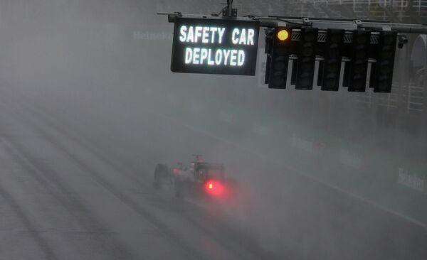 Пилот во время гонки этапа Гран-при Бразилии