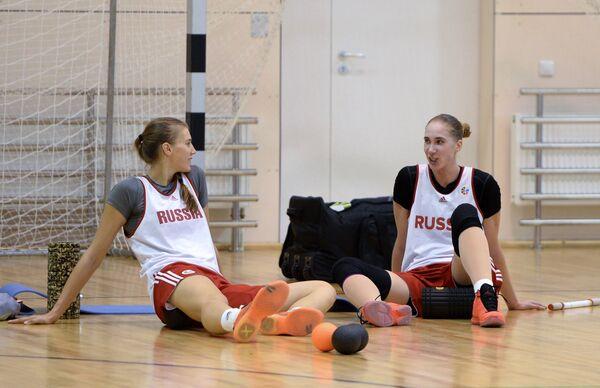 Баскетболистки женской сборной России Наталья Виеру (слева) и Наталья Анойкина