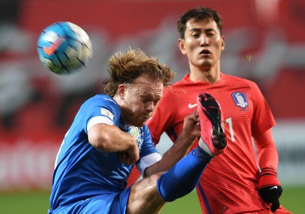 Защитник сборной Узбекистана Виталий Денисов (слева)