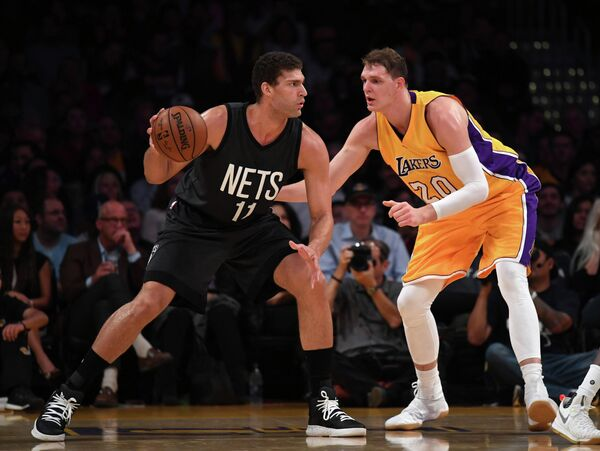 Центровой Лос-Анджелес Лейкерс Тимофей Мозгов (справа) и центровой Бруклин Нетс Брук Лопес