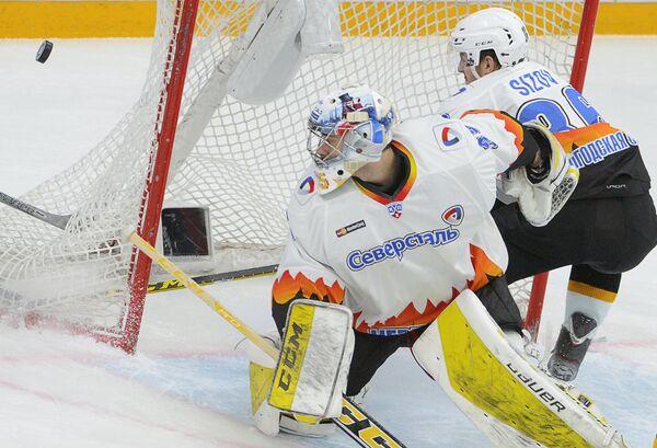 Вратарь Северстали Сергей Магарилов (слева) и защитник Северстали Антон Сизов
