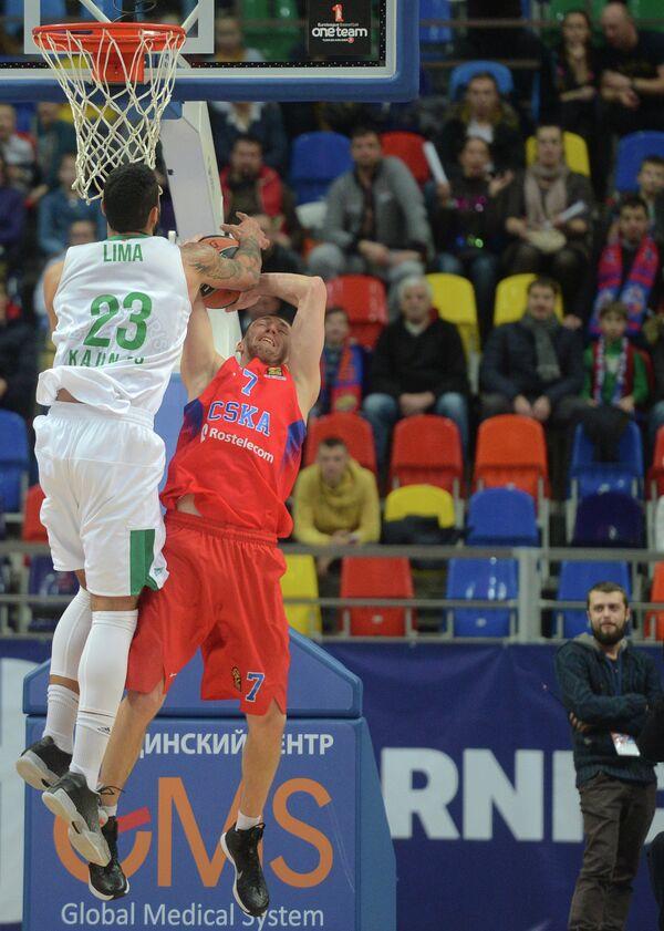 Защитник ПБК ЦСКА Виталий Фридзон и центровой Жальгириса Аугусто Лима (слева)