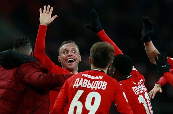 Полузащитник Спартака Денис Глушаков (второй слева) радуется забитому голу
