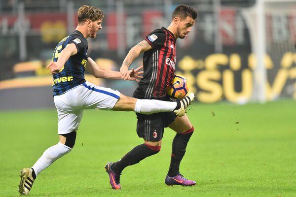 Защитник Интера Кристиан Ансальди и нападающий Милана Сусо (слева направо)