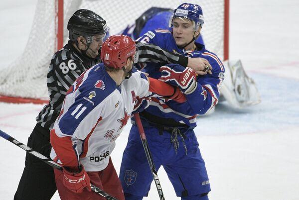 Нападающие ЦСКА Сергей Андронов (на первом плане) и СКА Сергей Плотников