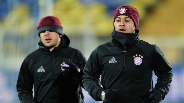 Полузащитник ФК Бавария Тьяго Алькантара (справа)