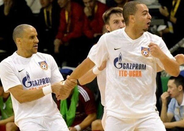 Нападающий МФК Газпром-Югра Эдер Лима (справа)